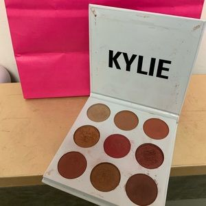 Use Kylie the burgundy palette